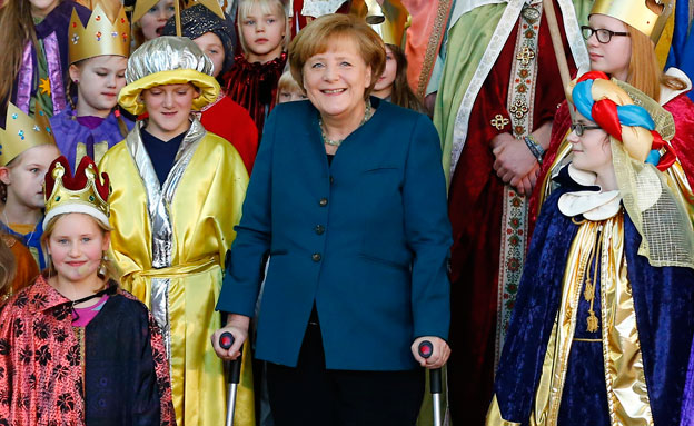 מרקל ומקהלת ילדים בברלין (צילום: רויטרס)