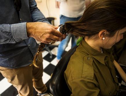 חיילת תורמת שיער