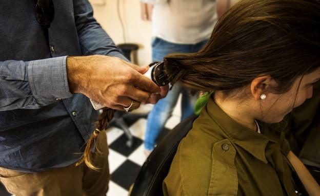 """חיילת תורמת שיער (צילום: דובר צה""""ל)"""