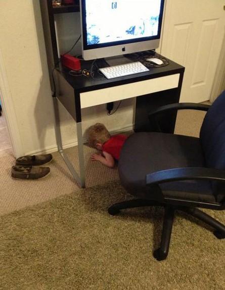 מחבואים - שולחן מחשב (צילום: צילום מסך themetapicture.com)