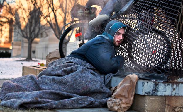 חסרי הבית מחפשים כיצד להחתמם (צילום: AP)