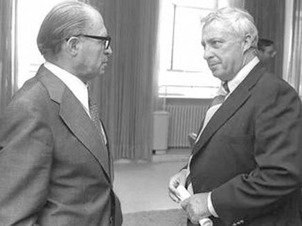שרון עם ראש הממשלה בגין בכנסת, 1977