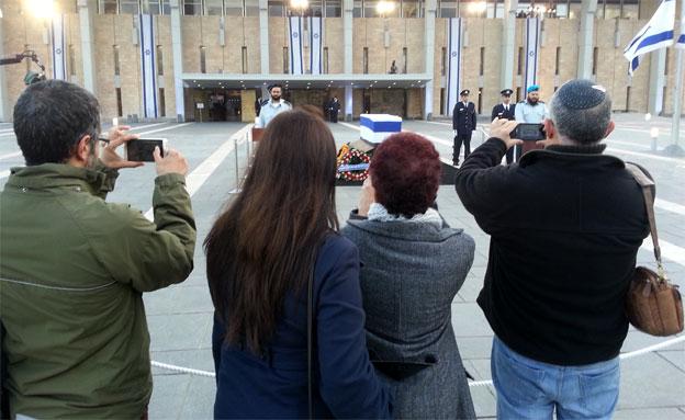 אזרחים ליד ארונו של שרון (צילום: יוסי זילברמן, חדשות 2)