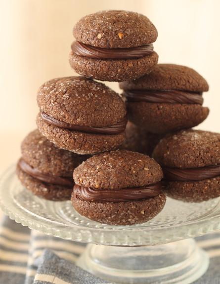 עוגיות סנדוויץ' שוקולד בערימה