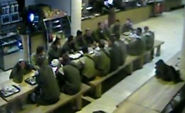 חיילים במסעדה במצדה