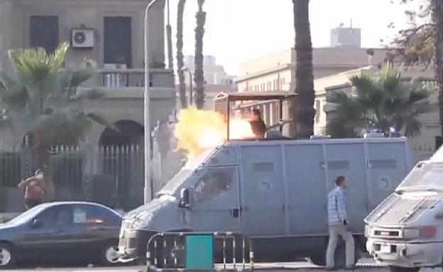 מפגין מצית רכב משטרה