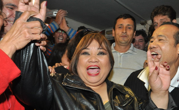 רוז חוגגת את הזכייה (צילום: צ'ינו פפראצי)