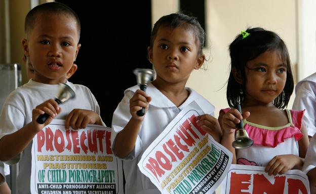 נאבקים בפדופיליה בפיליפינים (צילום: רויטרס)