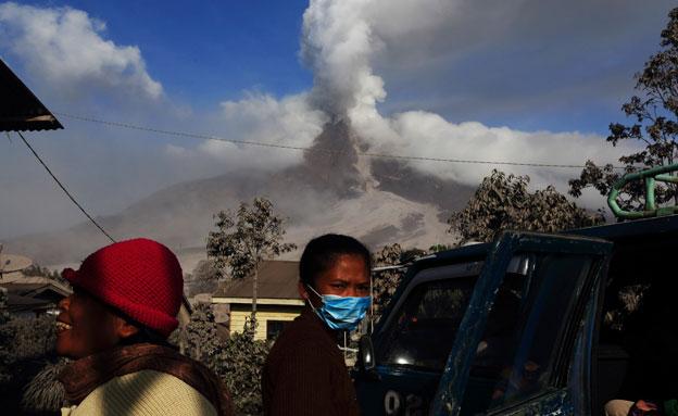 הר הגעש סינבונג באינדונזיה (צילום: רויטרס)