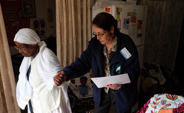 מתנדבת מבוגרת עם קשישה (צילום: אורן נחשון)