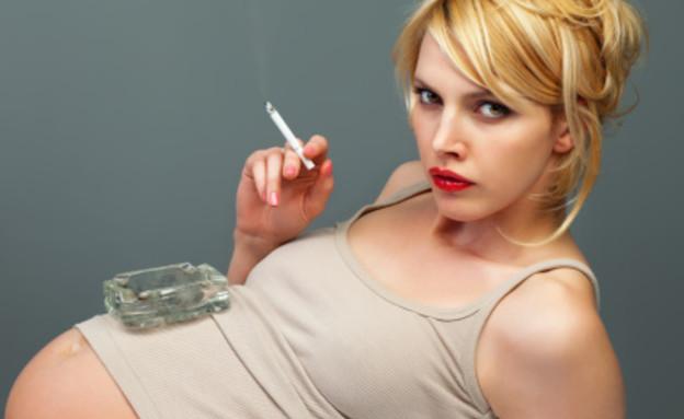 אישה בהיריון מעשנת  (צילום: אימג'בנק / Thinkstock)