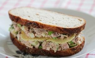 """סנדוויץ' סלט טונה עם תפוח ותפוצ'יפס (צילום: עידית נרקיס כ""""ץ, אוכל טוב)"""