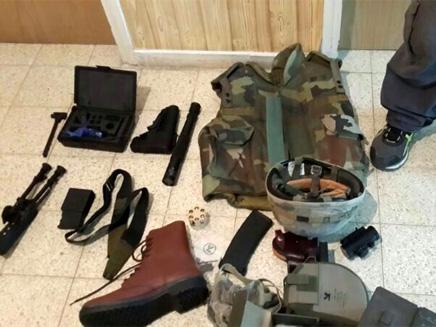 """ניהל """"מחסן נשק"""" מתחת למיטה. הציוד שנתפס (צילום: דוברות מרחב לכיש)"""