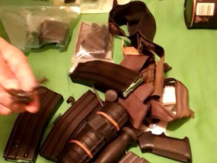 מחסניות, ידיות וכוונות בבית החשוד (צילום: דוברות מרחב לכיש)