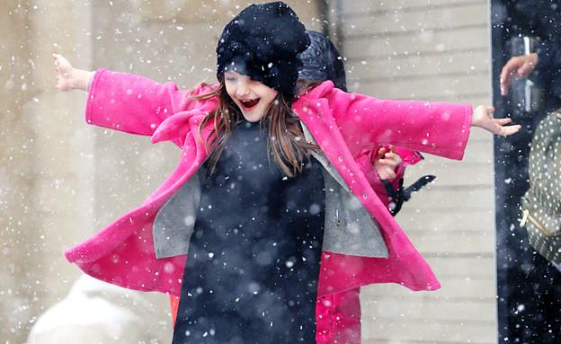 סורי קרוז משחקת בשלג (צילום: Splash News, Splash news)