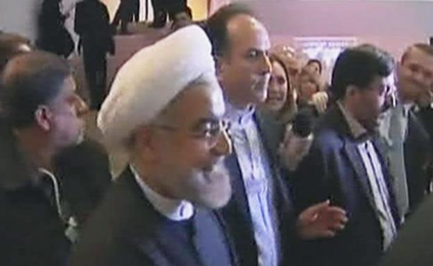 צפו: רוחאני מתחמק מכתבת חדשות 2 (צילום: חדשות 2)