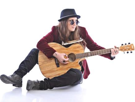 נועה דויטש עם גיטרה (צילום: גונן שמר)