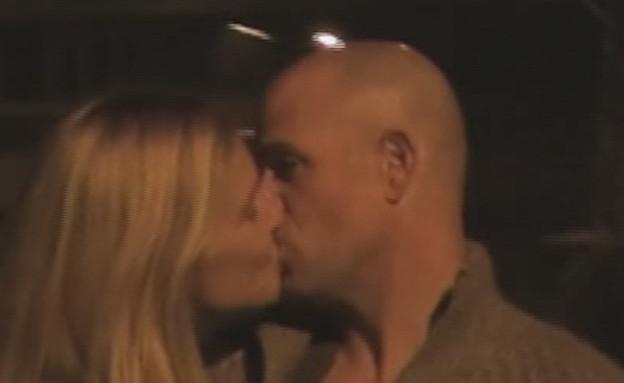 בר רפאלי ועדי עזרא מתנשקים