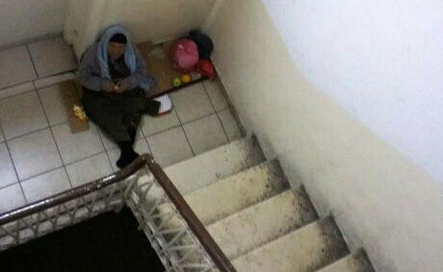 האישה חסרת הבית בחדר המדרגות (צילום: חדשות 2)