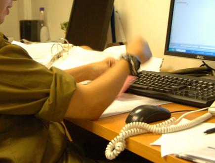 חייל מול מחשב