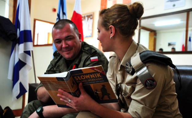 טייס פולני וחיילת ישראלית (צילום: אתר חיל האוויר)