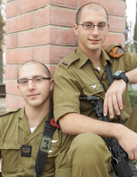 """אבי ושמעון עמר (צילום: תם ביקלס, עיתון """"במחנה"""")"""