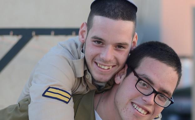 """אלי וסמי גולדפדר (צילום: יעל שלח, עיתון """"במחנה"""")"""