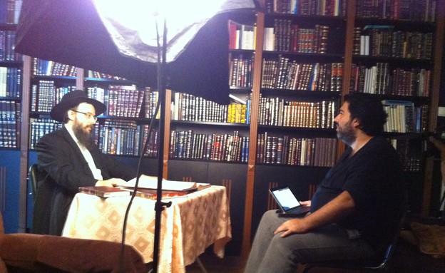 רוני קובן בראיון עם הרב (צילום: אנדרש בורגולה)