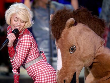 מיילי סיירוס ובובה של סוס