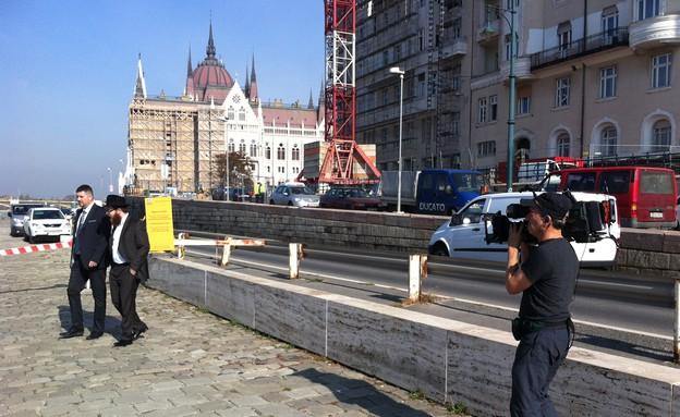 סגדי והרב בשיחה ברחובות הונגריה (צילום: אנדרש בורגולה)