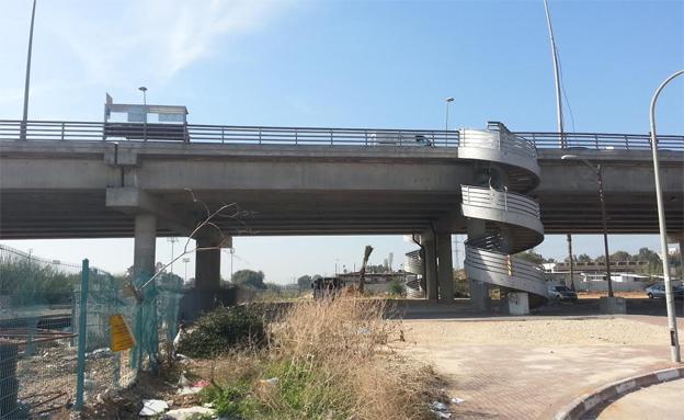 צפו: הדרך התלולה לתחנת האוטובוס (צילום: עזרי עמרם, חדשות 2)