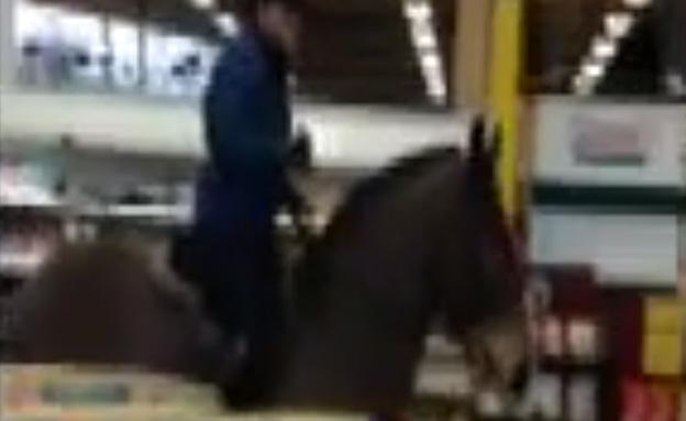 צעירה נעצרה לאחר שרכבה לתוך חנות מזון