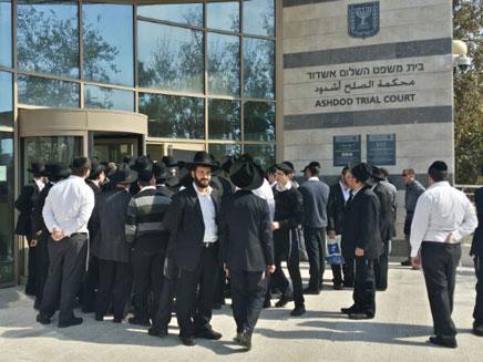 עשרות מתגודדים בכניסה לביהמ
