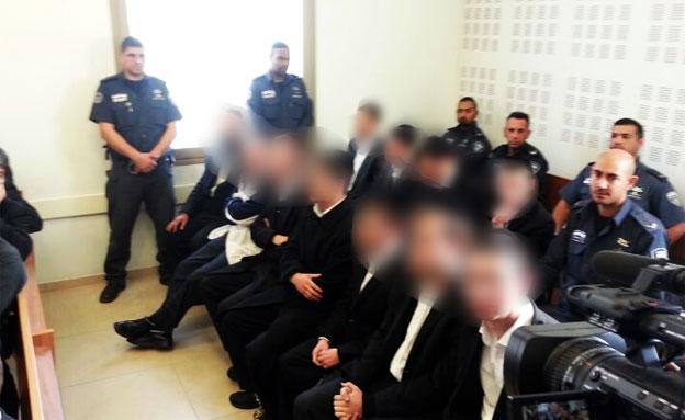 צפו: חרדים הציתו ניידת משטרה באשדוד (צילום: עופר אשטוקר, אשדודנט)