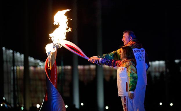 רודנינה מדליקה את הלפיד בטקס, אמש (צילום: AP)
