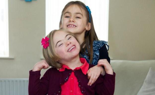 תאומות עם תסמונת דאון - מחייכות (צילום: dailymail.co.uk, צילום מסך)