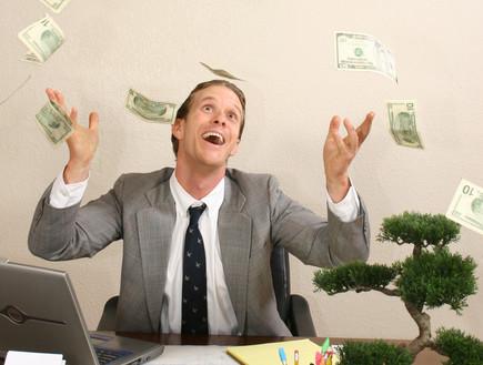גבר במשרד זורק כסף (צילום: אימג'בנק / Thinkstock)