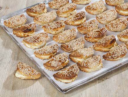 סמבוסק במילוי גבינה מלוחה (צילום: אסף אמברם, אוכל טוב)
