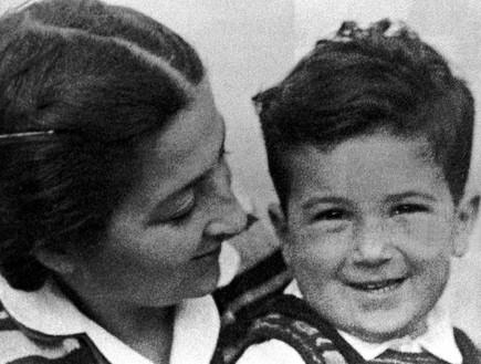 אהוד ברק ואמו אסתר בקיבוץ  (צילום: Getty Images, GettyImages IL)