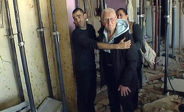 """""""הבית נראה כמו אחרי הפצצה"""" (צילום: חדשות 2)"""