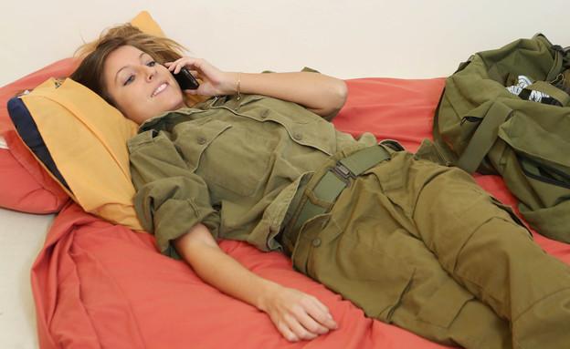 חיילת מדברת בטלפון (צילום: עודד קרני)