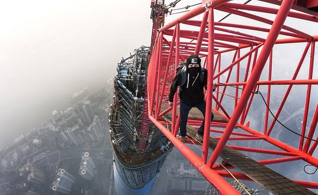 טיפסו על הבניין הגבוה בסין (צילום: Vitaly Raskalov\ Vadim Makhorov)