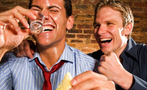 שני בחורים בבר (צילום: Polka Dot Images, GettyImages IL)