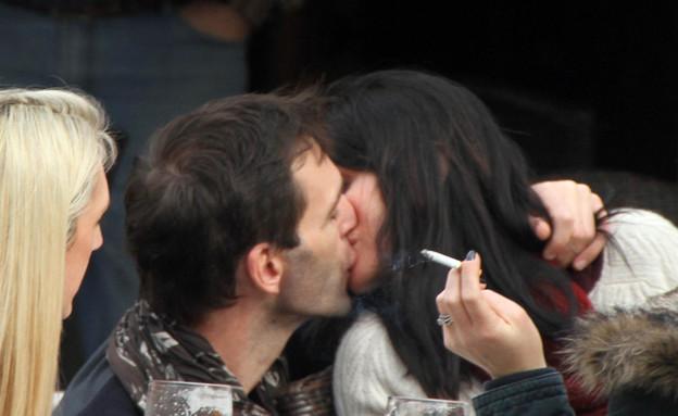 קורטני קוקס מתנשקת (צילום: Splashnews)