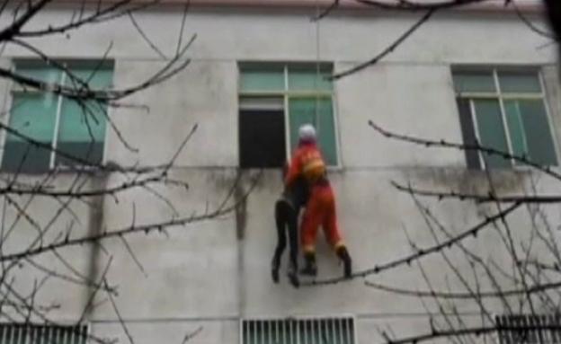 צפו: כבאי הציל אישה שניסתה להתאבד