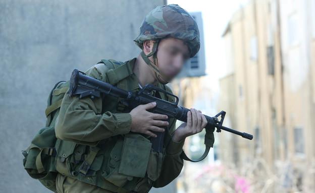 חייל מביט מהגג (צילום: עודד קרני)