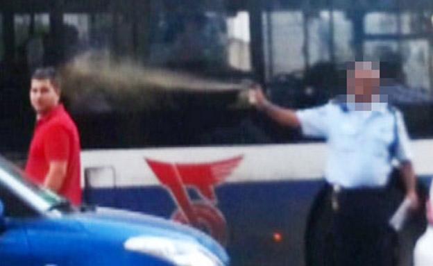 שוטר מרסס גז מדמיע (צילום: חדשות 2)
