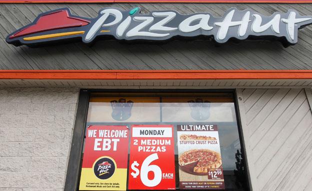 חוסכים את הפסקות השירותים. סניף פיצה האט (צילום: רויטרס)
