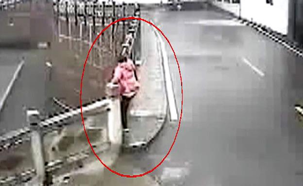 צפו: עוברי אורח הצילו אישה מהתאבדות (צילום: יוטיוב)