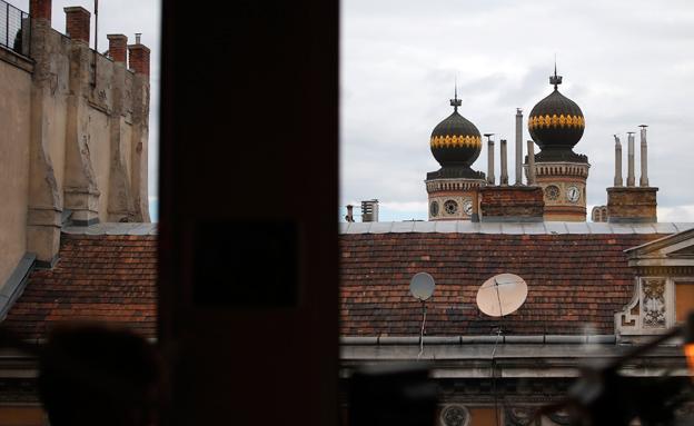 """הקהילה היהודית לוחצת. ביה""""כ בבודפשט (צילום: רויטרס)"""